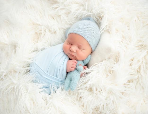 Śpiąca noworodka przytulanie zabawka