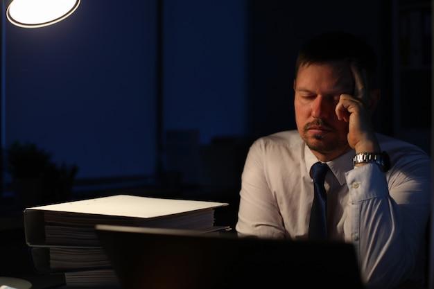 Śpiąca osoba biznesu