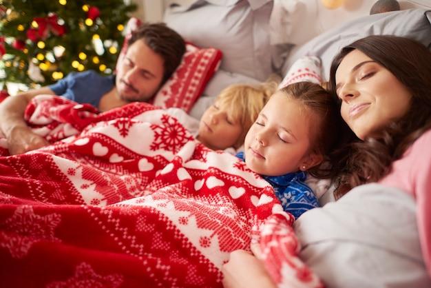 Śpiąca rodzina w boże narodzenie rano