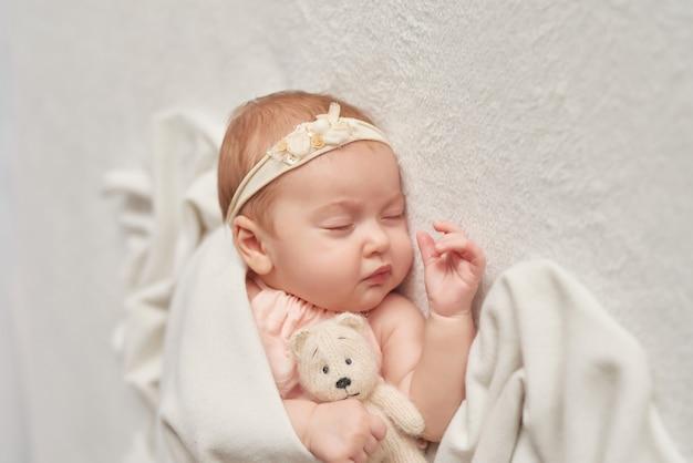 Śpiące dziecko 3 miesiące na świetle