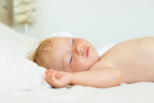 Śpiące dziecko w łóżku. koncepcja dobrego i zdrowego snu dziecka