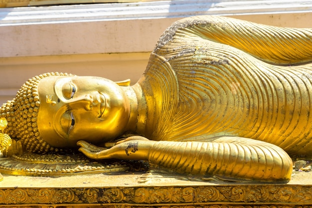 Śpiący budda w golden pagoda wat phra that doi suthep w chiang mai w tajlandii