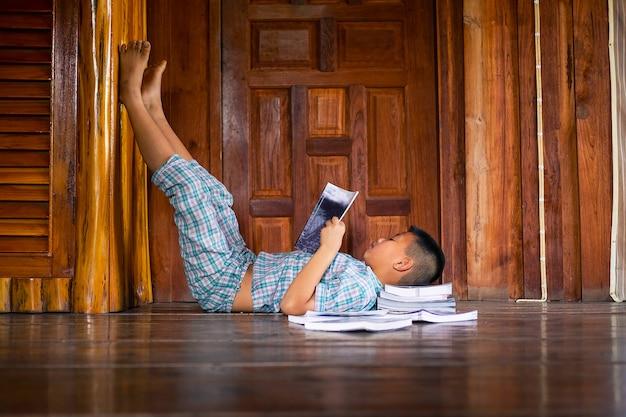 Śpiący chłopiec czyta książkę