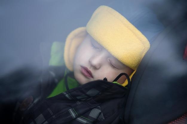 Śpiący chłopiec w samochodzie