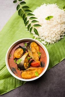 Spicy fish curry - kerala, konkan, bengalskie, po goa w kolorze czerwono-brązowym, podawane z ryżem