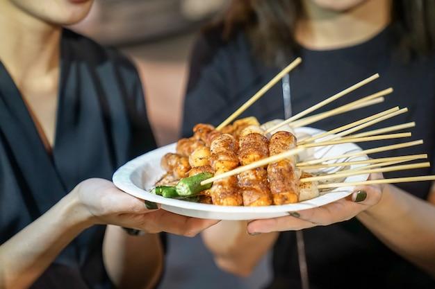 Spicy mala (chińskie przyprawy) grill z wieprzowiną po tajsku, foodtruck, bangkok, tajlandia.