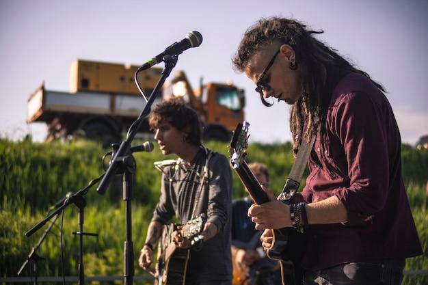 Śpiewacy rockowi na żywo podczas występu na żywo