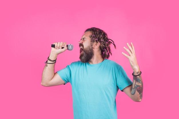 Śpiewaj w karaoke mężczyzna śpiewa z mikrofonem brodaty mężczyzna śpiewa w mikrofonie mikrofon śpiewaj piosenkę