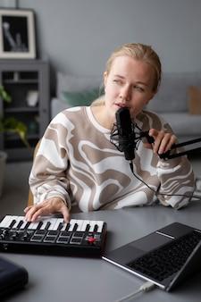 Śpiewająca kobieta w średnim ujęciu