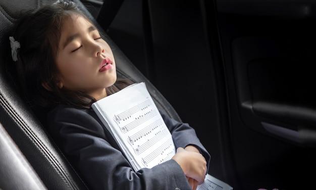 Śpij dziecko z nutką na siedzeniu samochodu jako muzyka miłości