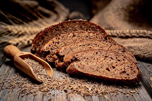 Spikelets żyta chlebowego. świeżo piec tradycyjny chleb na drewnianym stole.