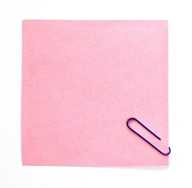 Spinacz i papier na białej powierzchni