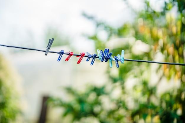 Spinacze do bielizny na sznurku w ogrodzie lina do suszenia prania na zewnątrz