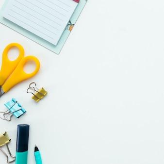 Spinacze, mechaniczny zegar, marker i ołówek, nożyczki. koncepcja pracy i edukacji.