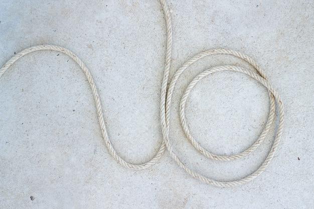 Spirala marine rope na betonowej podłodze na stacji łodzi w koh mak w trat, tajlandia.