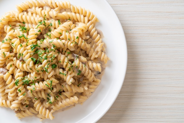 Spirali lub spiralny sos śmietanowo-pieczarkowy z pietruszką - po włosku