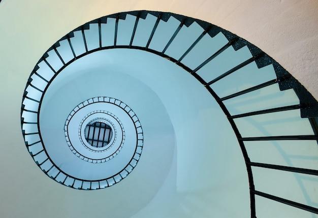 Spiralne schody na górę