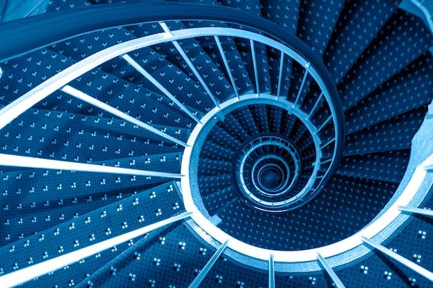 Spiralne schody tonizujące w klasycznym niebieskim kolorze
