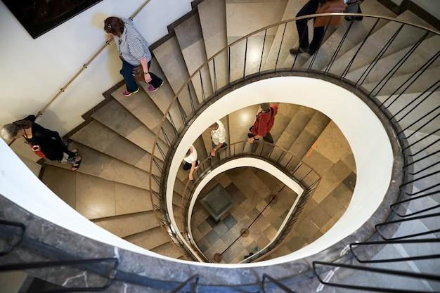 Spiralne schody w pałacu w wilanowie w warszawie