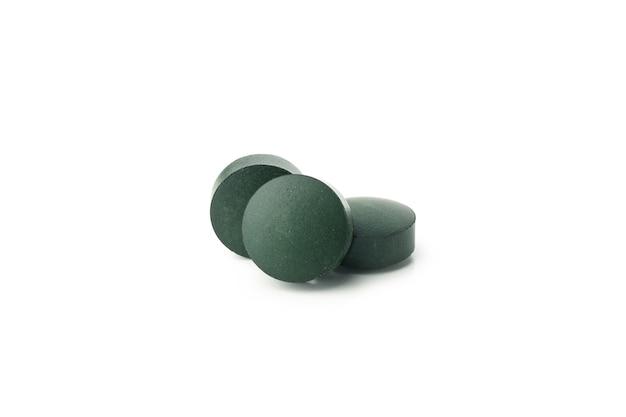 Spirulina w tabletkach na białym tle