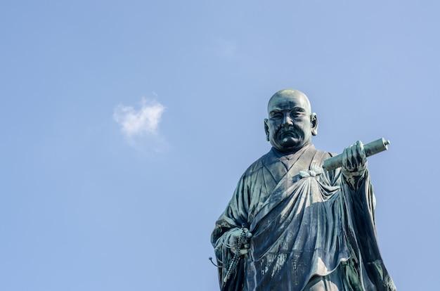 Spiżowa statua nichirena shonina, założyciela nichiren school, szkoły buddyzmu w japonii