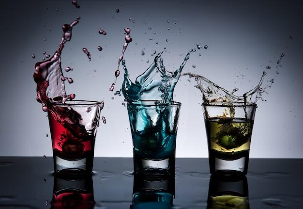 Splash alkoholu koktajl i szkła