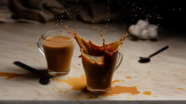 Splash gorącej czekolady z piankami