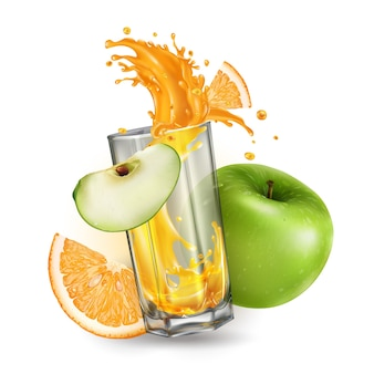 Splash soku owocowego w szklanym zielonym jabłku i pomarańczy na białym tle