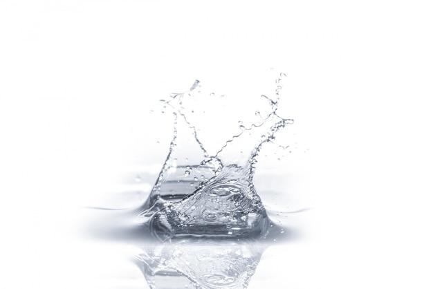 Splash wody na białym tle