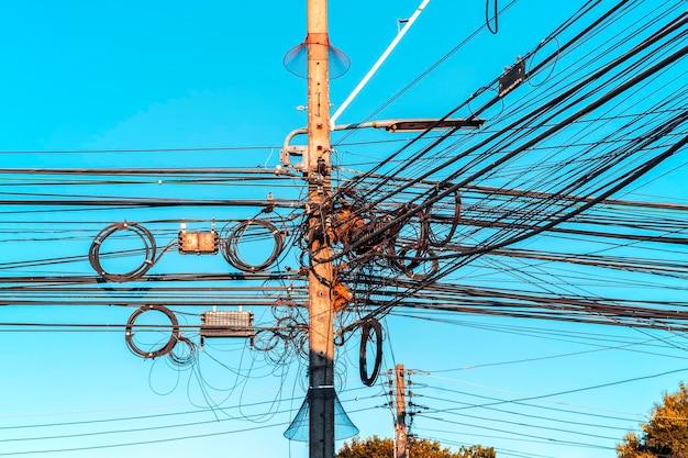 Splątany drut na słupie elektrycznym w mieście