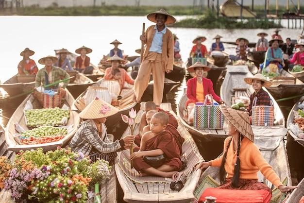 Spławowy rynek w ranku przy inle jeziorem, shanu stan, myanmar