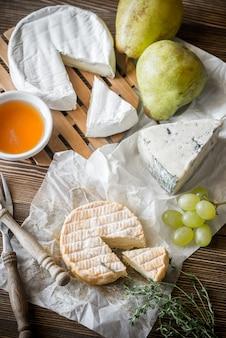 Spleśniały ser z gruszkami i winogronami