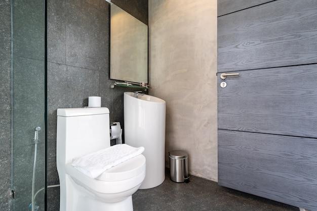Spłukać toaletę w toalecie willi na poddaszu i mieszkania