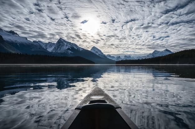 Spływ kajakiem na wyspę duchów i chmurę altocumulus na jeziorze maligne w parku narodowym jasper w kanadzie