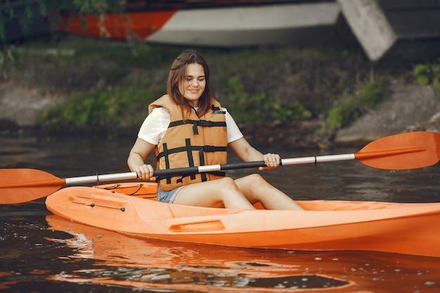 Spływ kajakowy. kobieta w kajaku. dziewczyna brodzik w wodzie.