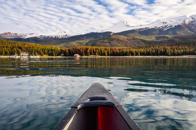 Spływ kajakowy z canadian rockies po jeziorze maligne w parku narodowym jasper, kanada