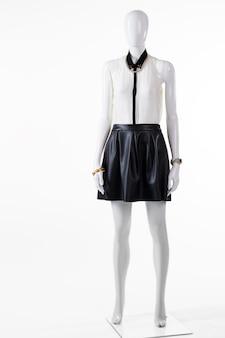 Spódnica z bluzką na manekinie. jasna bluzka i ciemna spódnica. modna bluzka z dodatkami na nadgarstki. letnia wyprzedaż w butiku.