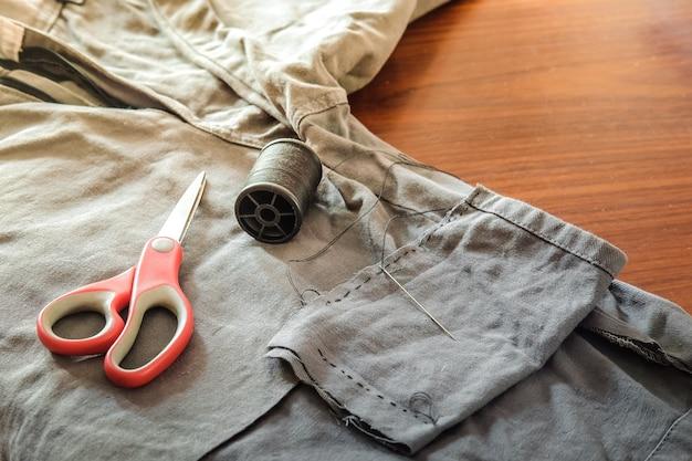 Spodnie bawełniane szare z tkaniny z czerwonymi nożyczkami