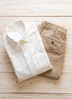 Spodnie biege z białą koszulą