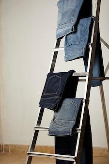 Spodnie jeansowe umieszczone na wystawie