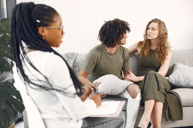 Spodziewanie się pary na spotkaniu doradczym w domu.para odwiedza psychologa w celu uzyskania porady dotyczącej relacji.