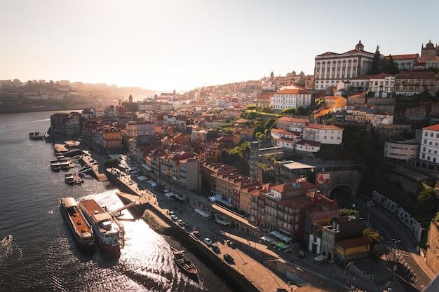 Spójrz na porto z rzeką douro i słynnym mostem luisa i w portugalii