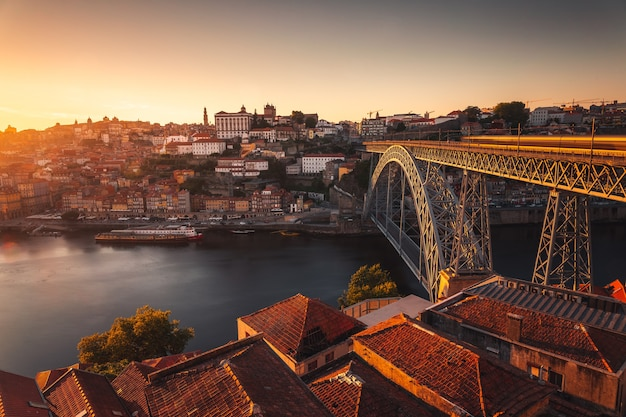 Spójrz na porto z rzeką douro i słynnym mostem luisa i w portugalii.