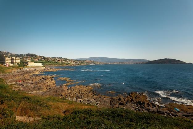 Spójrz na rias baixas rivermouth w vigo w galicji w hiszpanii.