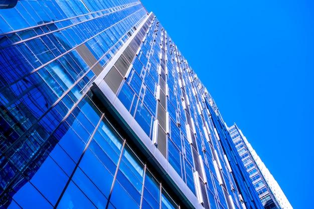 Spójrz na wygląd architektoniczny wieżowca w mieście