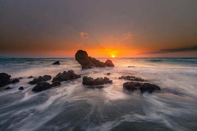 Spójrz na zachód słońca z plaży skał ilbarritz w biarritz w kraju basków.