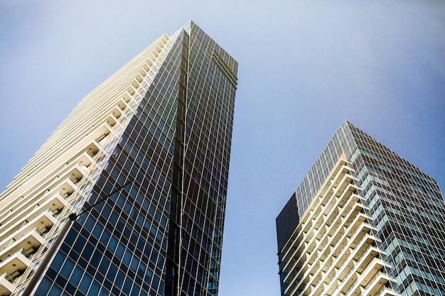 Spójrz z dołu na futurystyczne budynki wspaniałego dubaju