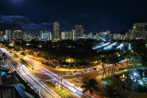 Spójrz z góry na autostrady przechodzące przez nocne miasto