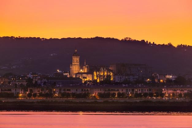 Spójrz z hondarribia, małego miasteczka obok donostii-san sebastian i jednego z najpiękniejszych miast w całym kraju basków.