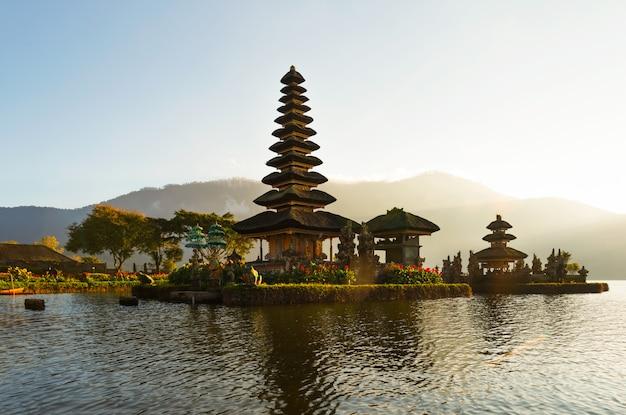 Spokojna atmosfera we wczesnych godzinach porannych podczas wschodu słońca nad świątynią pura ulun danu iconic bali, jezioro bratan, bali, indonezja.